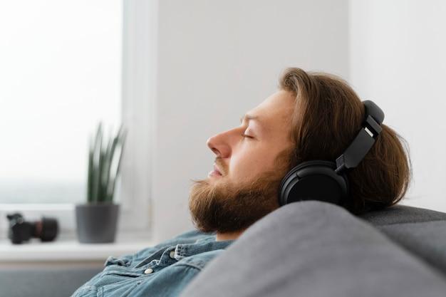 Cerrar hombre durmiendo con auriculares