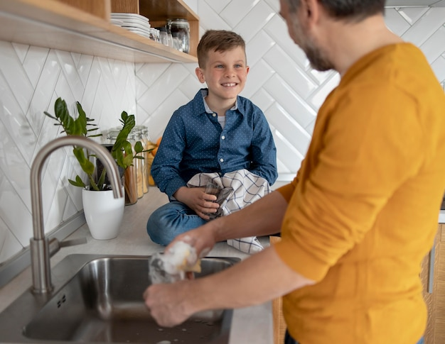 Cerrar hombre lavando platos