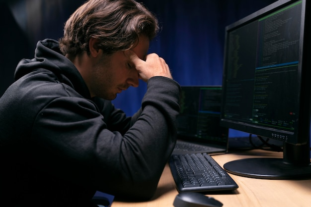Cerrar hombre preocupado en el escritorio