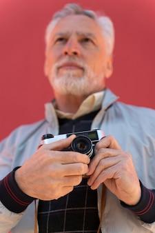 Cerrar hombre sujetando la cámara