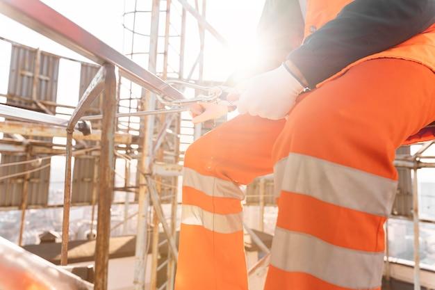 Cerrar hombre trabajando en construcción