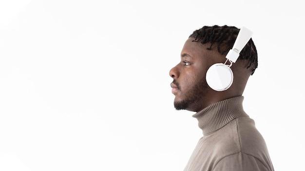 Cerrar hombre usando audífonos