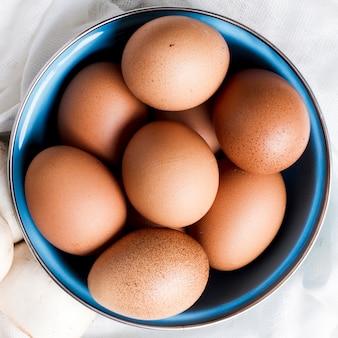 Cerrar huevos marrones y champiñones
