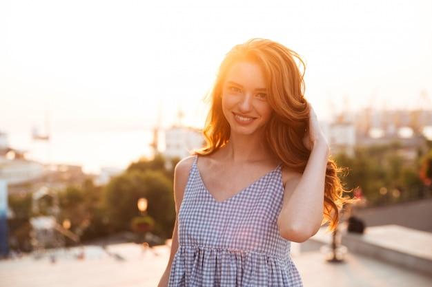 Cerrar imagen de belleza joven jengibre chica en vestido