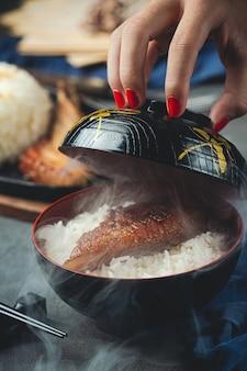 Cerrar imagen de cerdo asado y arroz cocido