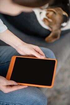 Cerrar imagen de manos femeninas con una tableta