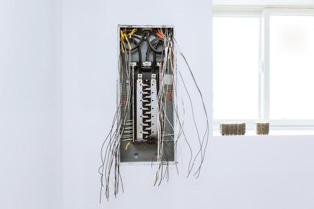 Cerrar los interruptores y el cable en el panel de control
