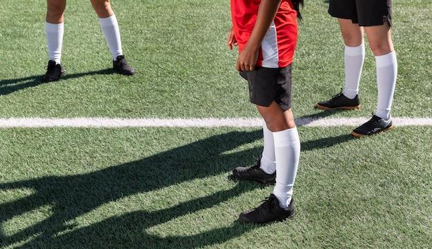 Cerrar jugadores en el campo de fútbol