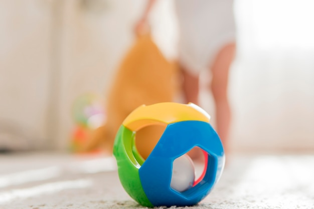 Cerrar juguete y bebé