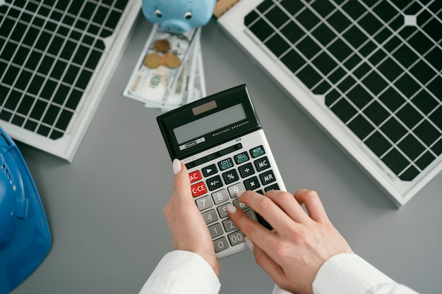 Cerrar mano escribiendo en calculadora de bolsillo