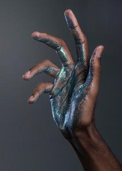 Cerrar la mano del hombre con pintura