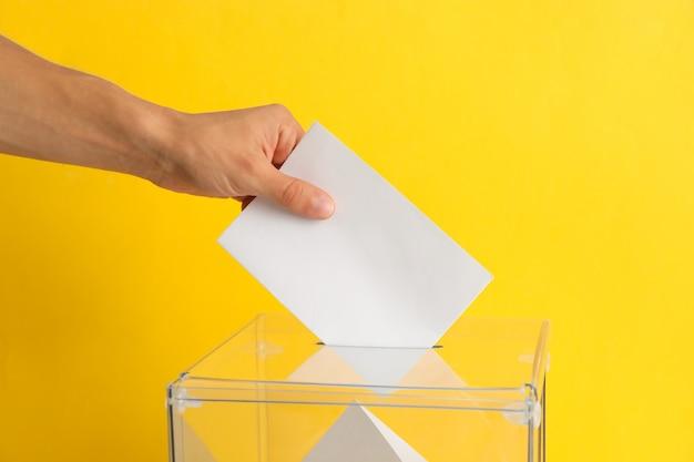 Cerrar en mano poniendo papeleta en urna