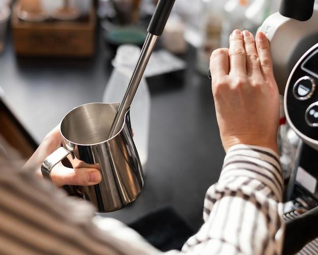 Cerrar mano sosteniendo la taza