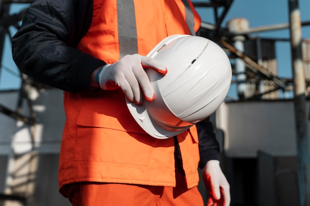 Cerrar mano sujetando el casco de seguridad