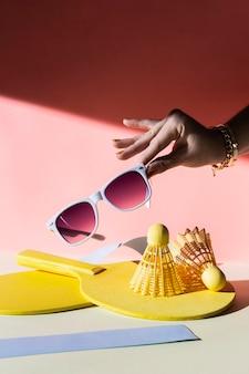 Cerrar mano sujetando gafas de sol