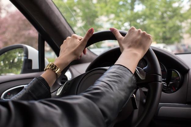 Cerrar las manos femeninas en la rueda