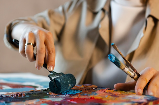 Cerrar las manos con herramientas de pintura
