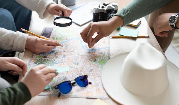 Cerrar las manos y el mapa