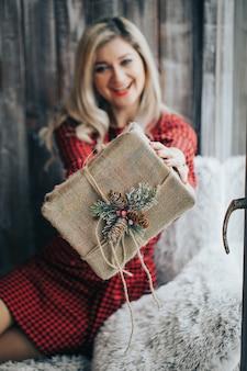 Cerrar las manos de una mujer abre su regalo en una caja