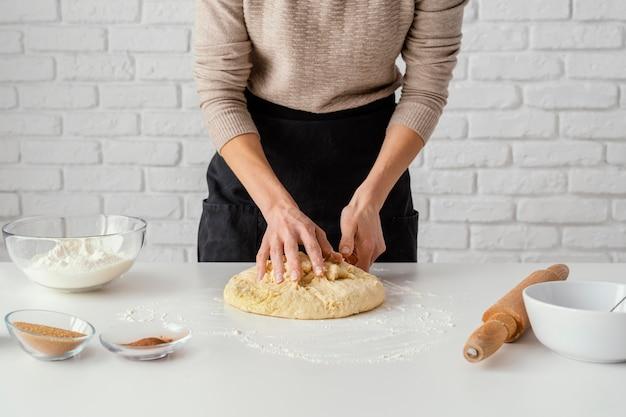 Cerrar las manos preparando el postre