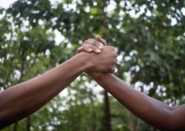 Cerrar manos sosteniendo al aire libre