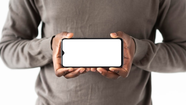 Cerrar las manos sosteniendo el dispositivo