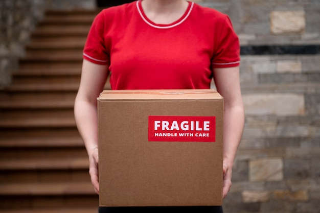 Cerrar manos sosteniendo frágil caja