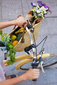 Cerrar las manos sosteniendo el manillar de la bicicleta