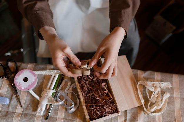 Cerrar las manos sosteniendo la pieza de madera