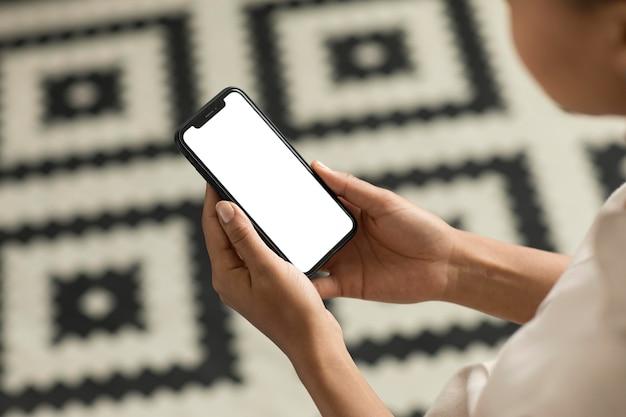 Cerrar manos sosteniendo smartphone