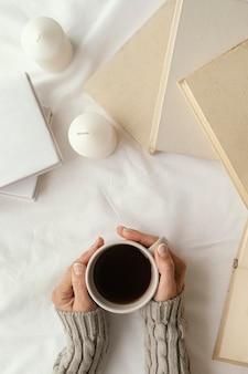 Cerrar las manos sosteniendo la taza de café