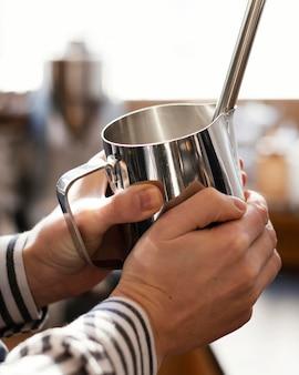 Cerrar las manos sosteniendo la taza