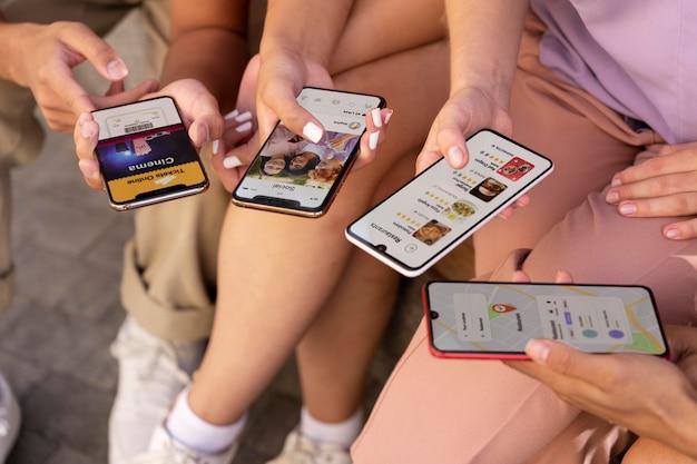 Cerrar manos sosteniendo teléfonos inteligentes