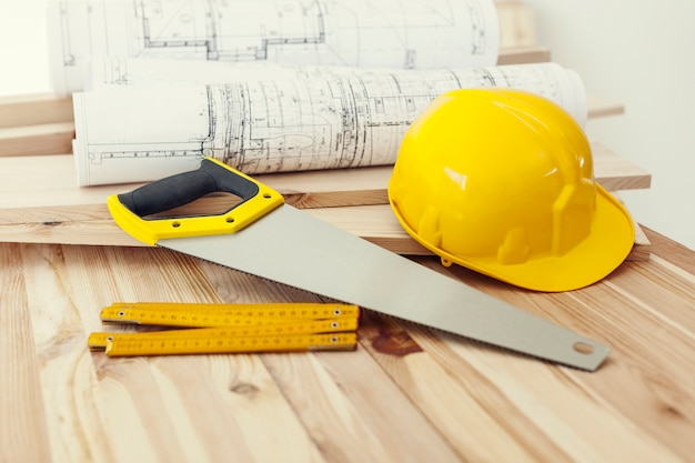 Cerrar mesa de madera con herramientas de trabajo