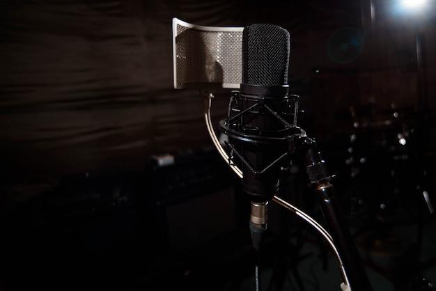 Cerrar micrófono de condensador de estudio con filtro pop y anti-vi