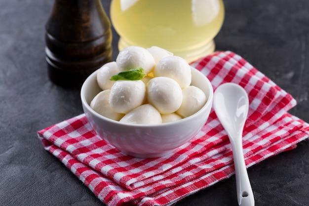 Cerrar mini mozzarella en un tazón con aceite