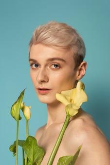 Cerrar modelo sosteniendo flores