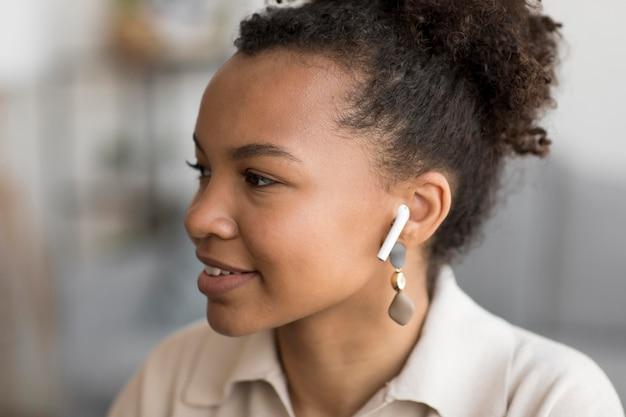 Cerrar mujer con auriculares