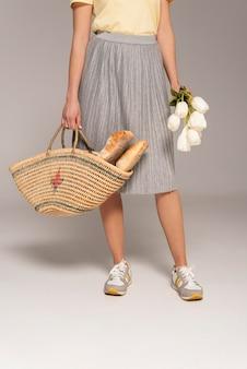 Cerrar mujer con bolsa reutilizable con pan