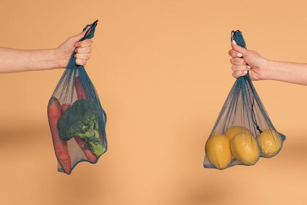 Cerrar mujer con bolsa de tortuga