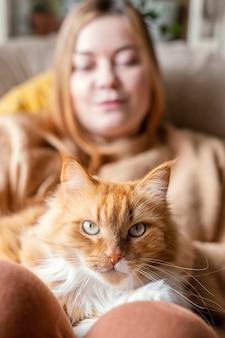 Cerrar mujer borrosa con lindo gato