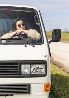Cerrar mujer conduciendo camioneta