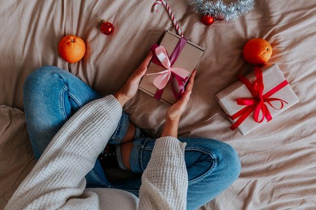 Cerrar mujer envolver regalos