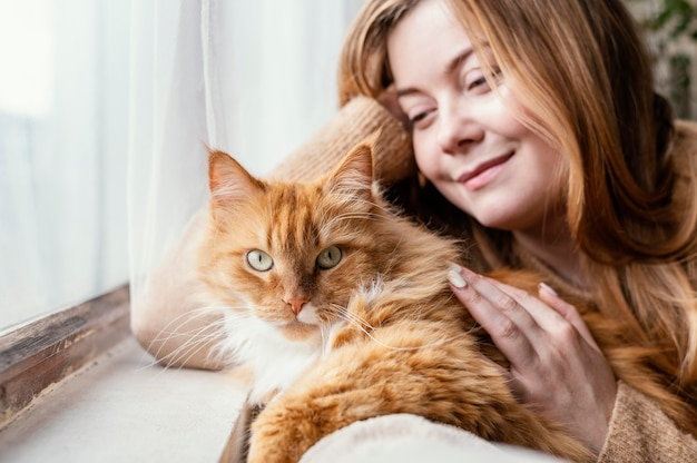 Cerrar mujer con lindo gato