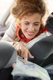 Cerrar mujer mirando el mapa