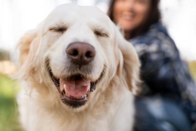 Cerrar mujer y perro sonriente
