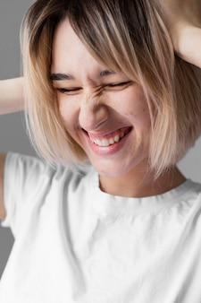 Cerrar mujer sonriente posando