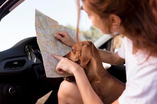 Cerrar mujer sosteniendo mapa