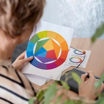 Cerrar mujer sosteniendo paleta de colores
