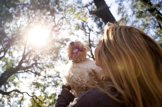 Cerrar mujer sosteniendo perro